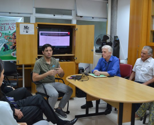 """O Prof. Gustavo Haramura, o Prof. Dr. Luiz Jorge Fagundes, o Engenheiro Germano Mariutti e os Estagiários de DST, durante a Palestra sobre """"Marketing de Consultório""""."""