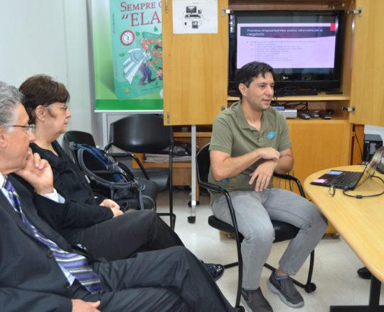 """O Prof. Gustavo Haramura, a Jornalista Izilda Alves e o Jornalista José Carlos Pereira da Silva, durante a Palestra sobre """"Fundamentos da Gestão""""."""
