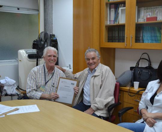 """O Prof. Germano Mariutti, recebe das mãos do Prof. Dr. Luiz Jorge Fagundes, o Certificado de Palestrante do Curso sobre """"Fundamentos da Gestão""""."""