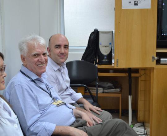 """O Prof. Gustavo Ferreira, O Prof. Dr. Luiz Jorge Fagundes, Coordenador Científico do CEADS e os Estagiários de DST de março de 2018, durante a Palestra sobre """" O Erro Médico""""."""