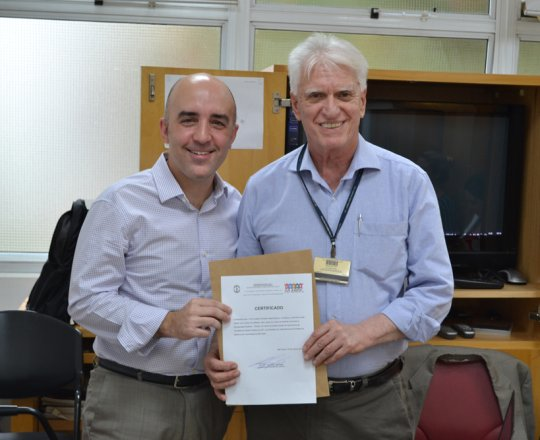 O Prof. Dr. Fagundes entrega ao Prof. Gustavo Ferreira o Certificado de Palestrante.