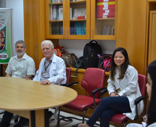 """O Prof. Lucas Blanco, Tesoureiro de CEADS,o Prof. Dr. Luiz Jorge Fagundes, Coordenador Científico do CEADS e os Estagiários de DST de março de 2018, durante a Palestra sobre """"Negociação e Persuasão""""."""