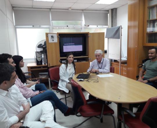 """A Profaa Nathalia Targa Pinto, o Prof. Dr. Luiz Jorge Fagundes, Coordenador Científico do CEADS e os Esctagiários de DST de março de 2018, durante a Palestra sobre """"Farmacodermias."""