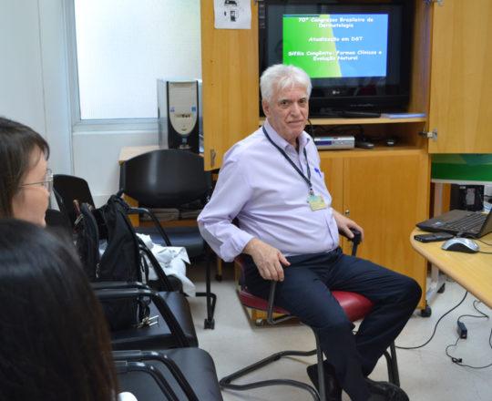 """O Prof. Dr. Luiz Jorge fagundes, Coordenador Científico do CEADS e os Estagiários de DST de março de 2018, durante a Palestra sobre Sífilis Congênita""""."""
