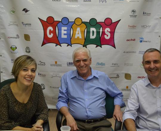 A Dra. Sylvia Ypiranga, O Prof. Dr. Luiz Jorge Fagundes e o Sr. Alexandre Chiea, durante a apresentação do 74 Fórum de Debates do CEADS.