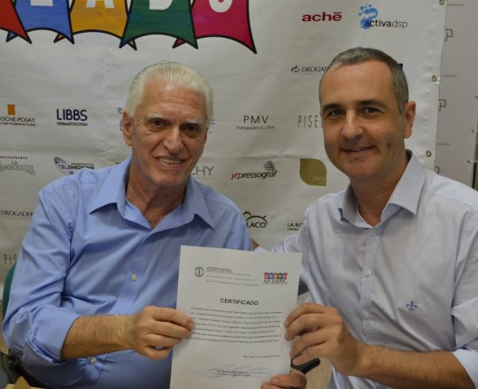 O Prof. Dr. Luiz Jorge fagundes, entrega ao Sr. Alexandre chiea, o Certificado de Patrocinador Exclusivo do 74 Fórum de Debates do CEADS.