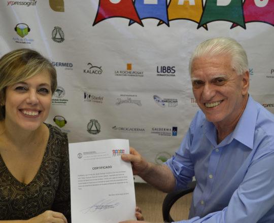 O Prof. Dr. Luiz jorge Fagundes, entrega o Certificado de Palestrante do 74 Fórum de Debates à Dra. Sylvia Ypiranga.