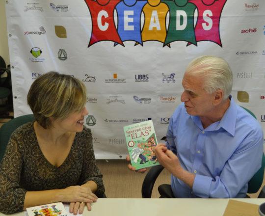 """A Dra. Sylvia Ypiranga, recebe o Livro """"Sempre com Elas"""", de autoria do Prof. Dr. Luiz Jorge Fagundes."""