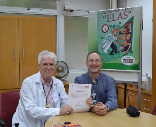 O Prof. Dr. Luiz Jorge Fagundes, Coordenador Científico do CEADS, no momento da entrega do Certificado de Palestrante ao Prof. Theo Lerner.