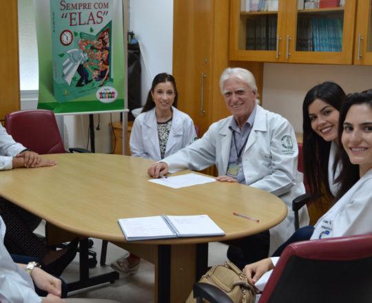 O Prof. Dr. Luiz Jorge Fagundes, Coordenador Científico do CEADS, a Dra. Nathalia Targa Pinto, Colaboradora do CEADS e os Estagiários de DST de março de 2018, durante a apresentação no Centro de Saúde.