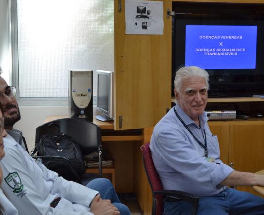O Prof. Dr. Luiz Jorge Fagundes, Coordenador Científico do CEADS e os Estagiários de DST de março de 2018, durante a Palestra sobre DST.