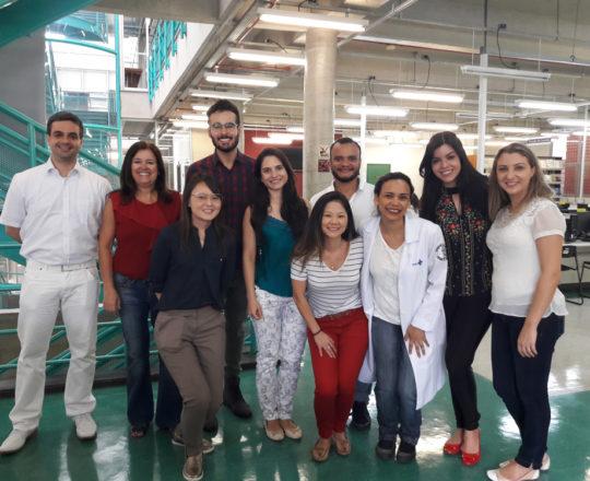 A Prof. Vera Sampaio, Colaboradora do CEADS, a Biomédica Fátima Morais, Colaboradora do CEADS e os Estagiários de DST de março de 2018, durante a visita à Biblioteca da Faculdade de Saúde Pública da USP.