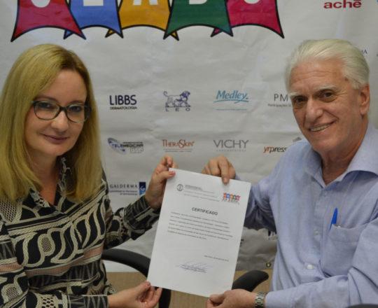 O Prof. Dr. Luiz Jorge Fagundes, entrega para a Dra. Ana Paula Meski, o Certificado de Palestrante do 75 Fórum de Debates do CEADS.