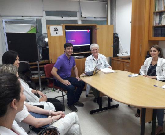 """O Prof. Gustavo Haramura, O Prof. Dr. Luiz Jorge Fagundes, Coordenador Científico do CEADS e os Estagiários de DST de abril de 2018, durante a Palestra sobre """"Marketing de Consultório""""."""