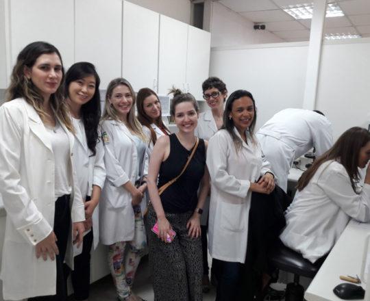 A Biomédica Fátima Morais apresentou o acervo de lâminas do CEADS.