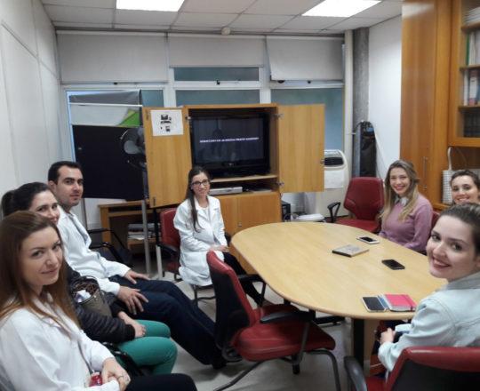A Dra. Nathalia Targa Pinto, Colaboradora do CEADS e os Estagiários de DST de abril de 2018, durante a apresentação do Documentário sobre a trajetória científica do Prof. Sampaio.