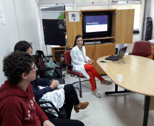 """A Profa. Nathalia Targa Pinto e os Estagiários de DST, durante a Palestra sobre """"Farmacodermias""""."""