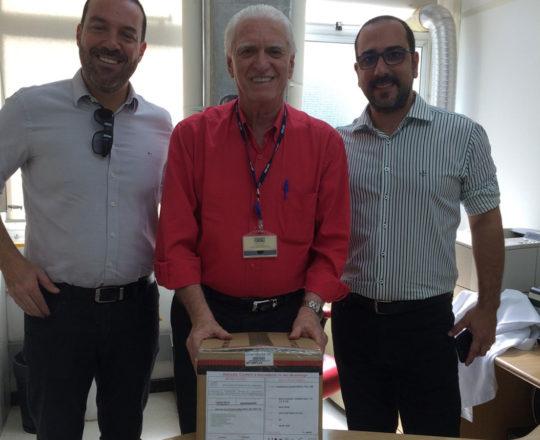 O Prof. Dr. Luiz Jorge Fagundes, Coordenador Científico do CEADS, no momento da entrega do Bisturi Elétrico, doação do Laboratório Theraskin, representado na ocasião pelos Senhores: Leandro Villaça e Glaucus Osório.