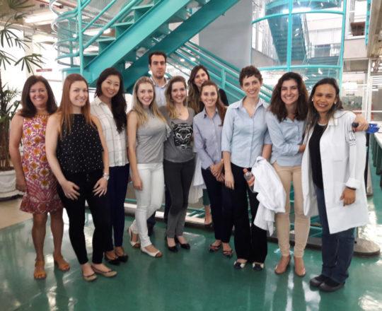 A Profa. Vera Sampaio recebeu os Estagiários de DST na Biblioteca da FSP USP.