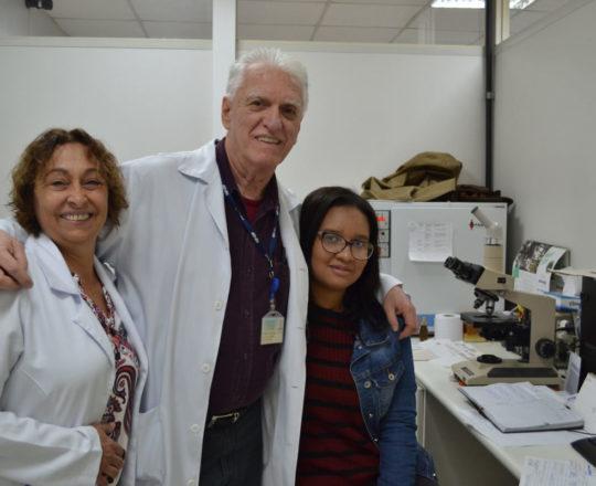 O Prof. Dr. Luiz Jorge Fagundes, Coordenador Científico do CEADS, a Enfermeira Natalina Lima e a Srta. Paula Conceição Guimarães, no Laboratório de DST.