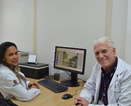 O Prof. Dr. Luiz Jorge Fagundes, Coordenador Científico do CEADS e a Biomédica Fátima Morais, durante a preparação das aulas de DST.