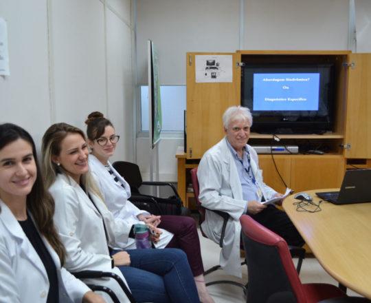 """O Prof. Dr. Luiz Jorge Fagundes e os Estagiários de DST de junho de 2018, durante a Palestra sobre """"Diagnóstico das Doenças Sexualmente Transmissíveis""""."""