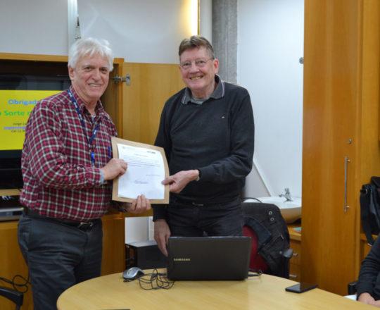 O Prof. Jorge Luiz Brolio, recebe das mãos do Prof. Dr. Luiz Jorge Fagundes, o Certificado de Palestrante.