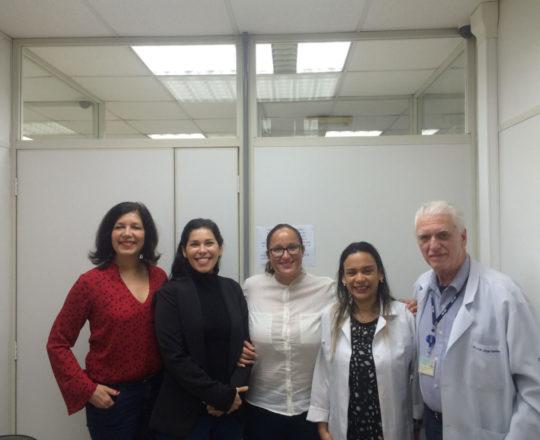 Da direita para a esquerda: a Biomédica Fátima Morais, o Prof. Dr. Luiz Jorge Fagundes, a Sra Daniela Herrero, Sra. Ângela Eugênio e a Sra. Mara Montadon, no encontro científico do CEADS.