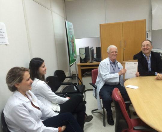 """O Prof. Dr. Luiz Jorge Fagundes, coordenador Científico do CEADS, entrega ao Prof. Theo Lerner o Certificado de Palestrante do tema; """"Situações de Abuso Sexual""""."""