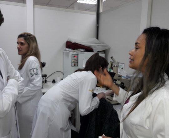 A Biomédica Fátima Morais e os Estagiários de DST de junho de 2018, durante a apresentação do laminário do CEADS
