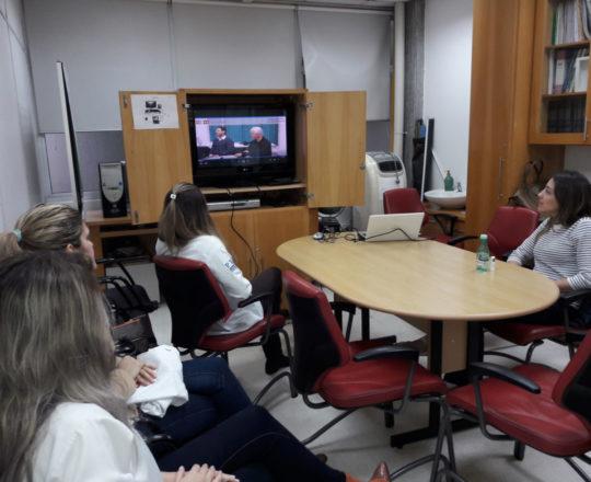 """Os Estagiários de DST de junho de 2018, durante a apresentação do vídeo sobre """"Gestão de Conflitos, realizada na Sala Prof. Fabio Haramura do CEADS."""