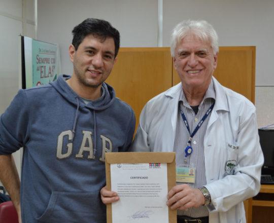 O Prof. Gustavo Haramura, no momento da entrega do Certificado de Palestrante, pelo Prof. Dr. Luiz Jorge Fagundes.