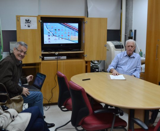 """O Prof. Lucas Blanco,o Prof. Dr. Luiz Jorge Fagundes, Coordenador Científico do CEADS e os Estagiários de DST do mês de junho de 2018, durante a Palestra sobre """"Negociação e Persuasão""""."""
