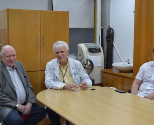 """O Prof. Dr. Sidnei Martini, o Prof. Dr. Luiz Jorge Fagundes e os Estagiários de DST de junho de 2018, durante a palestra sobre """"Gestão de Carreiras""""."""