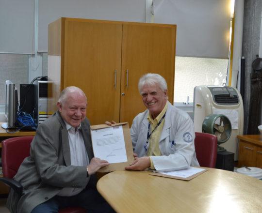O Prof. Dr. Luiz Jorge Fagundes, no momento da entrega do Certificado de Palestrante ao Prof. Dr.Sidnei Martini.