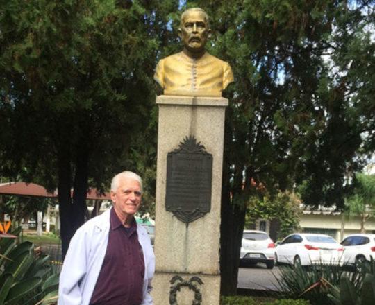 """O Prof. Dr. Luiz Jorge Fagundes, sob a Pérgola onde foi lançada a Pedra Fundamental do então """"Sanatório Padre Bento de Guarulhos""""."""