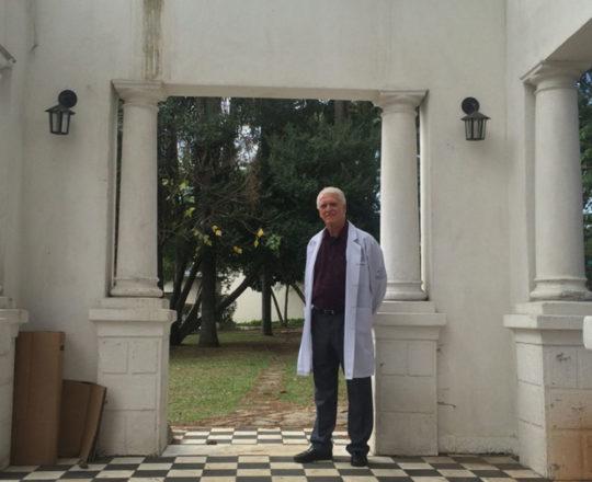"""Prof. Dr. Luiz Jorge Fagundes, sob a Pérgola onde foi lançada a Pedra Fundamental do então """"Sanatório Padre Bento de Guarulhos""""."""
