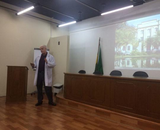 O Prof. Dr. Luiz Jorge Fagundes, durante sua Palestra sobre Doenças Sexualmente Transmissíveis.