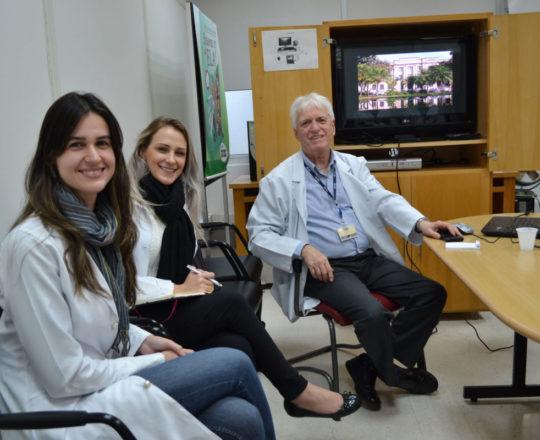 """O Prof. Dr. Luiz Jorge Fagundes, Coordenador Científico do CEADS e os Estagiários de DST de junho de 2018, durante a Palestra sobre """"A Situação Atual da Sífilis Congênita no Brasil""""."""