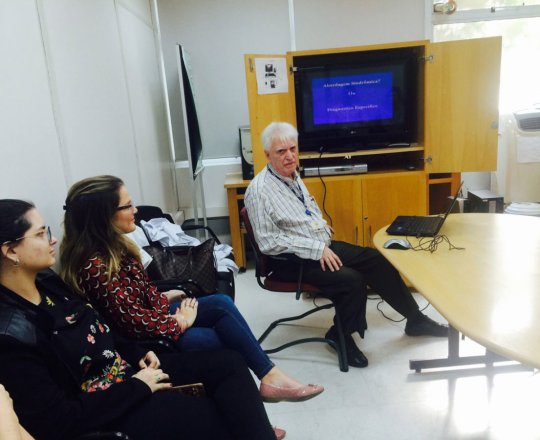 O Prof. Dr. Luiz Jorge Fagundes e os Estagiários de DST de julho de 2018, durante a Palestra sobre Abordagem Sindrômica X Diagnóstico Clínico e Laboratorial das DST.
