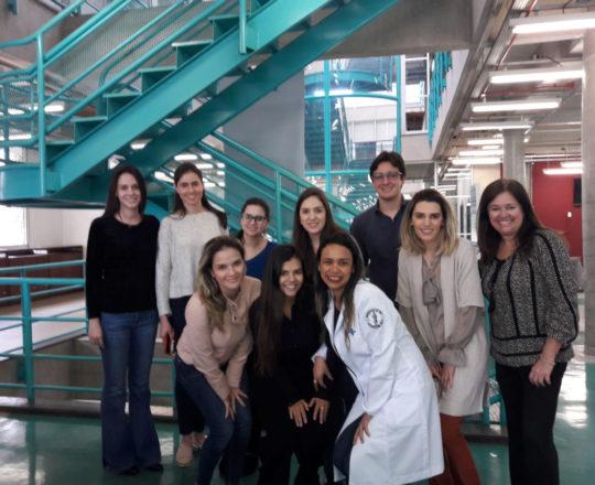 A Profa. Vera Sampaio, a Biomédica Fátima Morais, Colaboradoras do CEADS e os Estagiários de DST de julho de 2018, durante a vista e a Palestra na Biblioteca da Faculdade de Saúde Pública da USP.