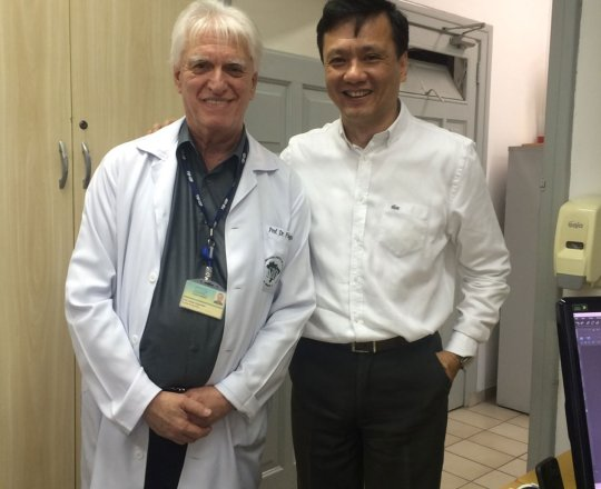O Prof. Dr. Chao Lung Wen e o Prof. Dr. Luiz Jorge Fagundes, Coordenador Científico do CEADS, durante a Aula Prática do Projeto do Homem Virtual, nas dependências do Laboratório de Computação Grafica da Disciplina de Telemedicina da USP.