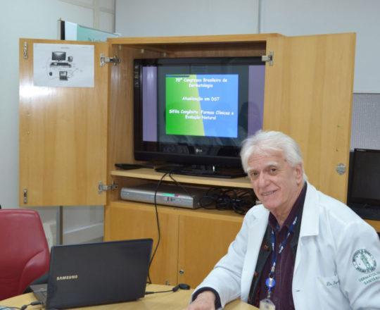 """O Prof. Dr. Luiz Jorge Fagundes, durante a apresentação da Palestra sobre """"Sífilis Congênita"""""""