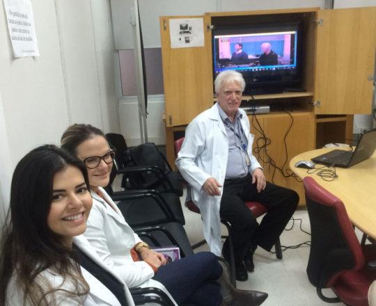"""O Prof. Dr. Luiz Jorge Fagundes e as Estagiárias de DST de julho de 2018, durante a exibição do vídeo sobre """"Gestão de Conflitos""""."""
