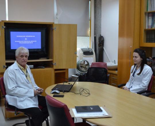O Prof. Dr. Luiz Jorge Fagundes e as Estagiárias de DST de junho de 2018, durante a apresentação da Palestra sobre DST