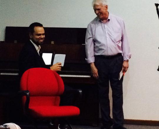 O Pianista Luciano Ruas, Colaborador do CEADS e o Prof. Dr. Luiz Jorge Fagundes, Coordenador Científico do CEADS, durante a apresentação do Primeiro Sarau do Centro de Saúde Escola Geraldo de Paula Souza da Faculdade de Saúde pública da USP.