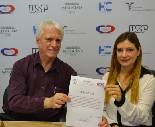 O Prof,. Dr. Luiz Jorge Fagundes, entrega o Certificado de Patrocinador Exclusivo à SBD-RESP, representada pela Dra. Ana Maria Corbett.