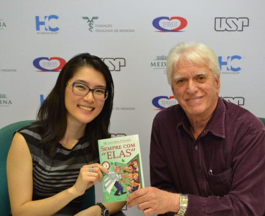 """A Profa. Dra. Denise Miyamoto recebe seu exemplar do Livro """"Sempre com Elas""""."""