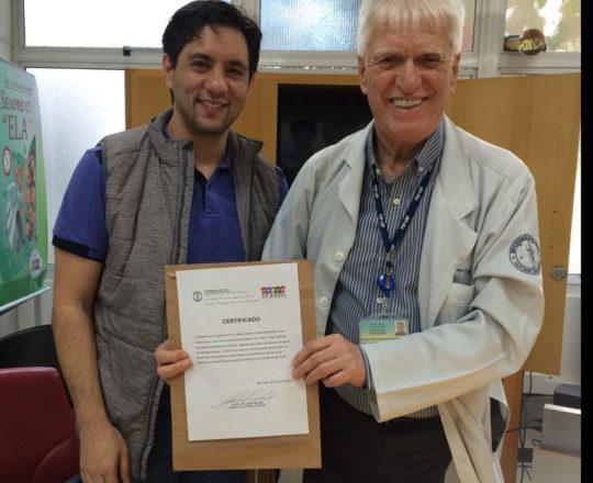 O Prof. Dr. Luiz Jorge Fagundes, entrega o Certificado de Palestrante ao Prof. Gustavo Haramura.