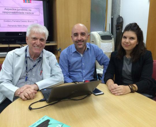 """O Prof. Dr. Luiz Jorge Fagundes, o Prof. Gustavo Ferreira e a Dra. Fernanda Mello Machado, durante a Palestra sobre """"O Erro Médico""""."""